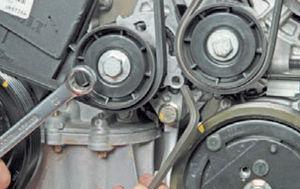 Замена ремня агрегатов Logan 2005 51-4.jpg