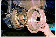 Тормозной щит прикреплен к колоде на заднем мосту автокара, а на...  Устройство барабанного тормозного механизма.