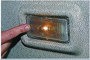 Освещение салона можно включить, нажав на переднюю часть рассеивателя плафона.  Автомобиль может быть оборудован...