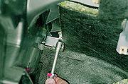 """Головкой  """"на 10 """" отворачиваем четыре гайки крепления кожуха отопителя к кузову."""