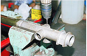 Для выпрессовки игольчатого подшипника применяем специальный съемник.  Если такового нет, сверлом диаметром 2 мм в...