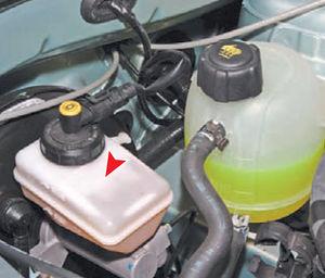 Проверка уровня жидкости тормозов Logan 2005 49-3.jpg