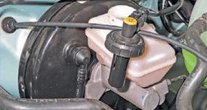 Проверка уровня жидкости тормозов Logan 2005 49-5.jpg