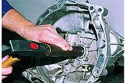 Замена сальника штока выбора передач приведена в... Новый сальник запрессовываем подходящим отрезком трубы.