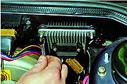 Двигатель ВАЗ-21083.Снятие коммутатора системы зажигания и блока управления ЭПХХ.