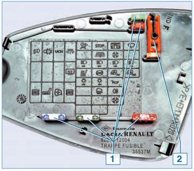 На внутренней стороне крышки монтажного блока расположены запасные предохранители 1 (рассчитанные на номинальный ток...