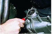 Сальник привода передних колес можно заменить, не снимая и не разбирая коробку передач.